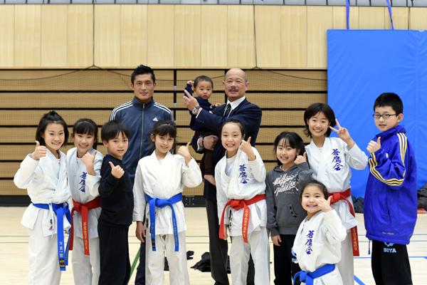 西村誠司先生、工藤開先生と蒼鷹会空手道教室の皆さん